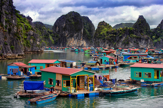 Visiting fish villages halong bay