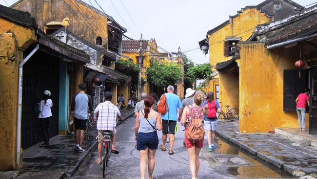 Go foras troll around Hoi An Ancient Town