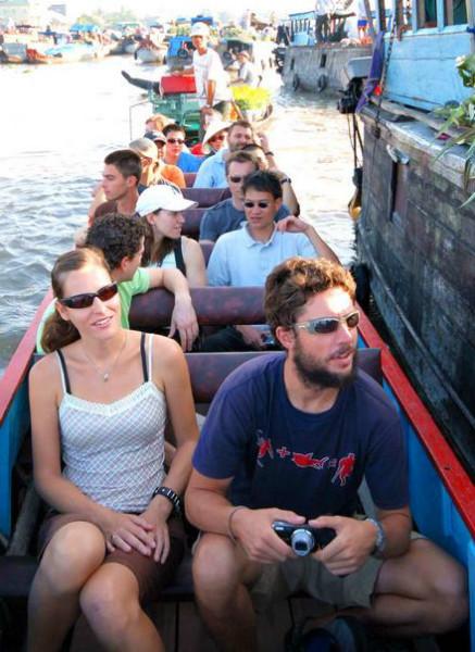 boat around Phong dien floating market