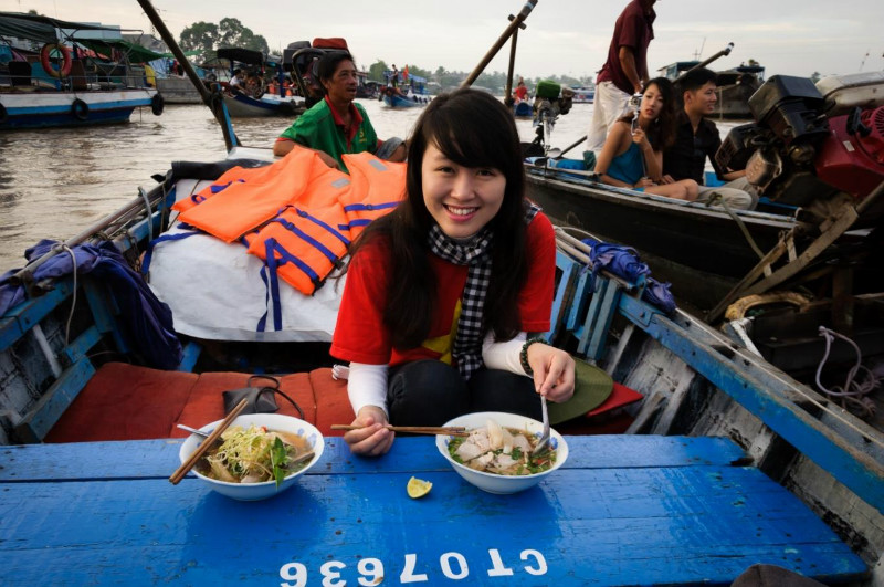 eating in Phong dien floating market