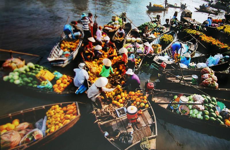 Nga-bay-floating-market-Viet-fun-travel