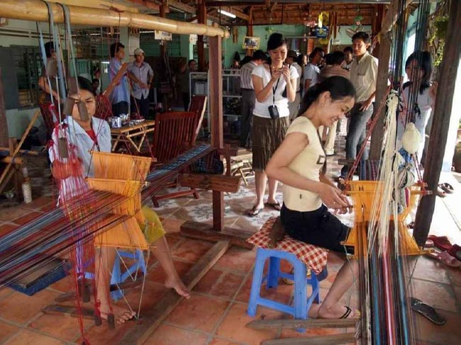 Cham brocade Weaving-making village